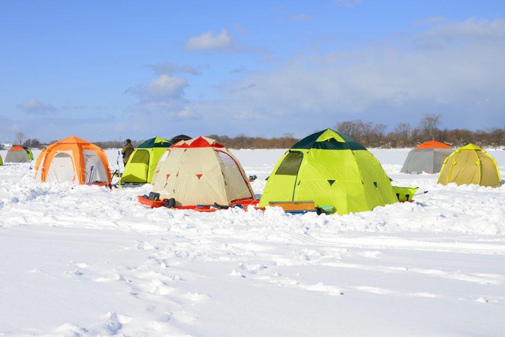 札幌市の境界となる川面に穴を開けて、テントを建ててワカサギを狙います。